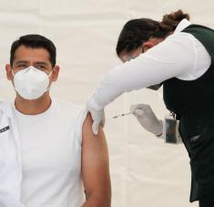 Un miembro del personal médico recibe una inyección de la vacuna Pfizer-BioNTech en Saltillo, México, 28 de diciembre de 2020.Daniel Becerril / Reuters