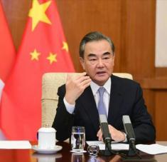 El canciller chino, Wang Yi, durante una videoconferencia con su homóloga de Indonesia, Retno Marsudi, desde Pekín (capital), 30 de julio de 2020.
