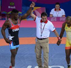 Yosvanys Peña (izq), luego de ganar su combate por bronce en Lima 2019.