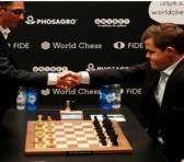 Caruana (izq) y Carlsen, dos genios de los trebejos.