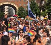 Los húngaros salieron a las calles para protestar contra una política homófoba aprobada por el Parlamento. Foto: @CathrinKahlweit