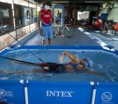 Leslie y Dióseles (al fondo), se las ingeniaron para montar un circuito de entrenamiento de las tres disciplinas que componen el triatlón en casa durante los meses de confinamiento. Foto: Ismael Francisco.