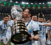 La gloria de años y el peso de tirar de una selección contenida en el beso de Messi a la Copa. Foto: La Nación.
