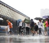 Algunas personas incluso tuvieron que abandonar sus automóviles varados en las carreteras después de quedar parcialmente sumergidos por el diluvio. Foto: Reuters