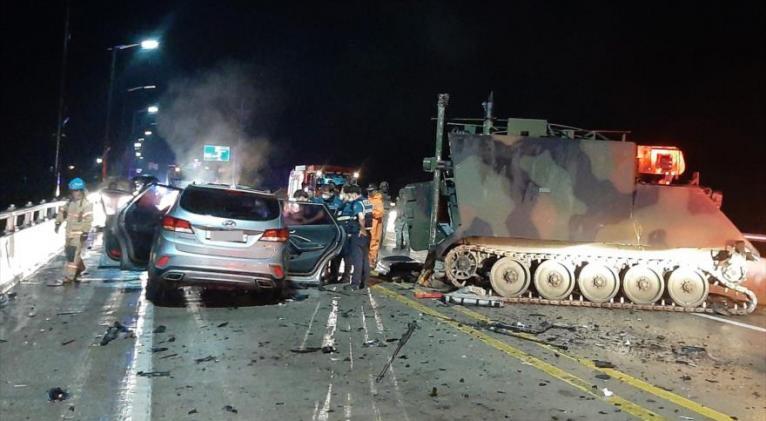 Un coche choca contra un vehículo blindado de EE.UU. cerca de Seúl, la capital surcoreana, el 30 de agosto de 2020. Foto: EFE