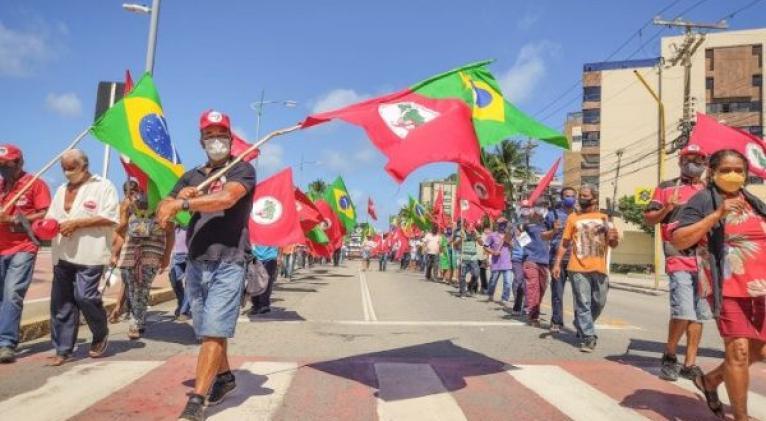 Las movilizaciones también expresan indignación por las acusaciones de  corrupción en la compra de inmunizadores y el duelo por las casi 550.000 muertes provocadas por los coronavirus. Foto: @brasildefato