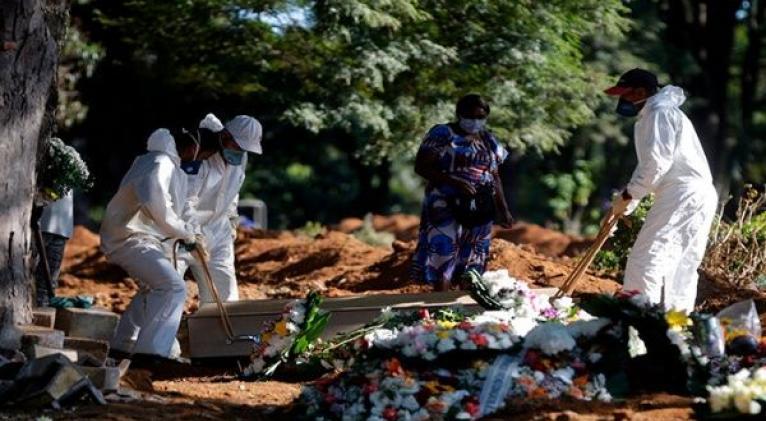 El número total de decesos alcanzó los 104.201, aunque la cifra podría ser superior ya que existen 3.454 muertes bajo investigación. Foto: EFE