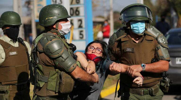 Efectivos de seguridad utilizaron carros hidrantes y gases lacrimógenos para reprimir a un centenar de manifestantes de la comuna El Bosque, en la capital. Foto: Reuters.