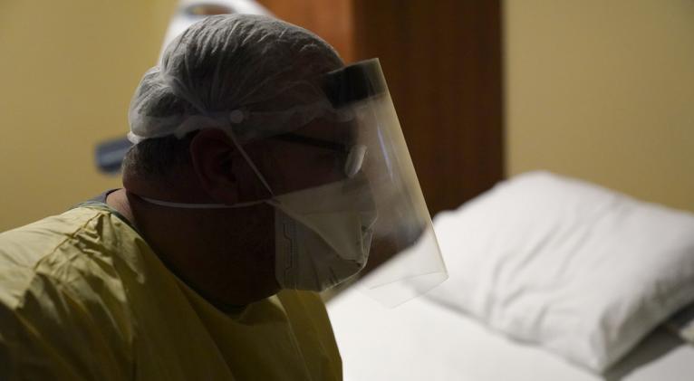 El 97 % de todos los casos de hospitalizaciones y de muertes por covid-19 en el país se corresponde a personas que no se vacunaron. Foto: AP.