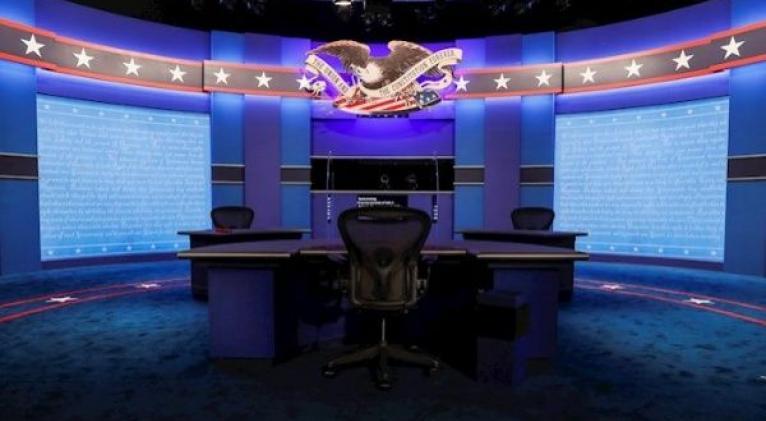 Con medidas de seguridad que incluyen paneles plásticos y mayor distancia se enfrentan los candidatos a la Vicepresidencia de EE.UU. Foto: EFE