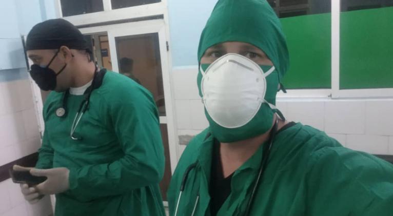 En primer plano, Alain Landrián (Dr. Home), en una de sus guardias en el hospital Enrique Cabrera. Fotos: Cortesía del entrevistado.