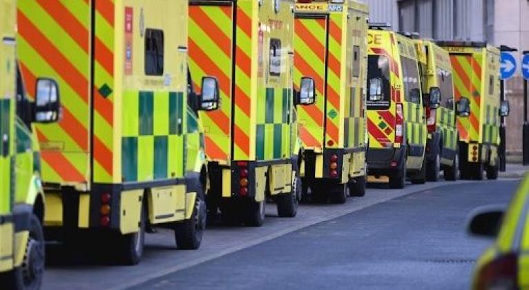 Las filas de ambulancias frente a los hospitales británicos se han incrementado en los últimas semanas debido a la pandemia de la Covid-19. Foto: EFE