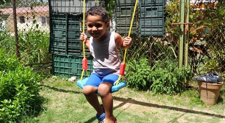 El columpio en el patio se ha convertido en una actividad de disfrute para Enzo Samuel.