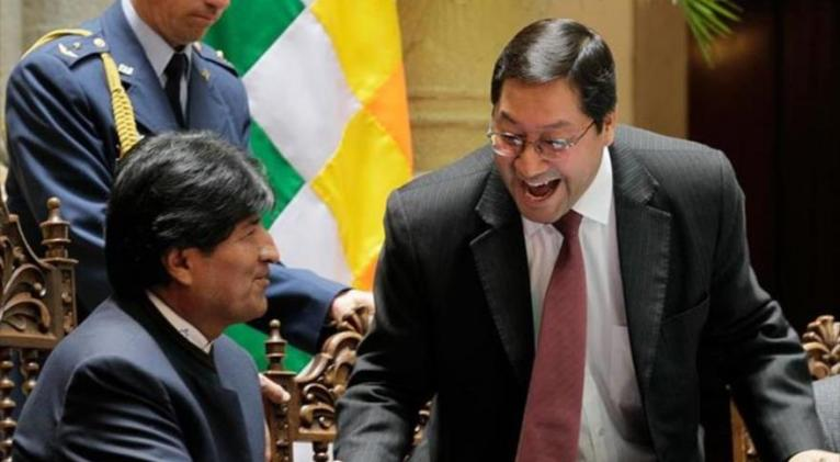 El expresidente de Bolivia Evo Morales y el candidato presidencial del MAS, Luis Arce (dcha.)