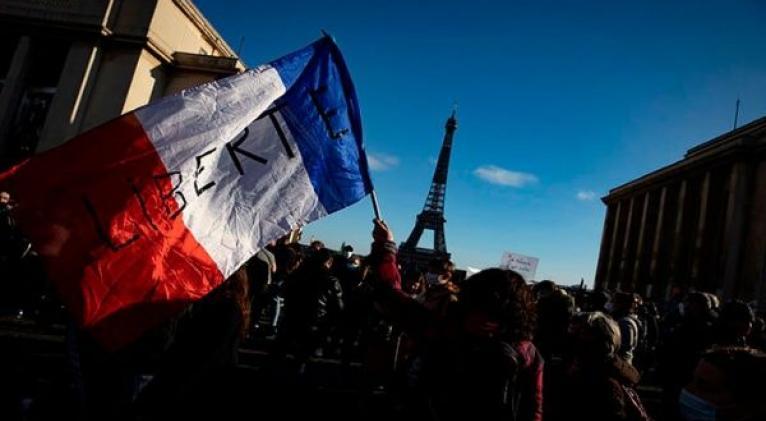 Miles de personas han protestado contra el proyecto de seguridad impulsado por el gobierno de Emmanuel Macron. Foto: EFE