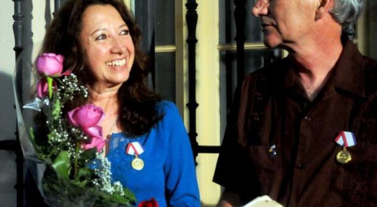 Consejo de Estado otorga Medalla de la Amistad a Alicia Jrapko y Bill  Hackwell   CubaSí