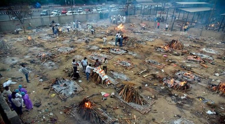 Miles de personas han debido cremar a sus parientes muertos por coronavirus en la capital india ante la falta de ataúdes. Foto: EFE