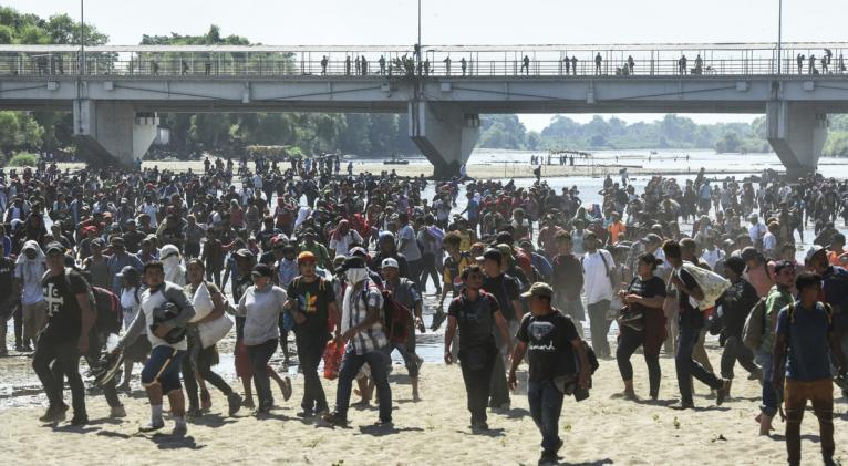 El mandatario mexicano hizo un llamado a atender las causas profundas de la migración proveniente de Centroamérica y el Caribe y urgió a EE.UU. a financiar el desarrollo en la región. Foto: AFP