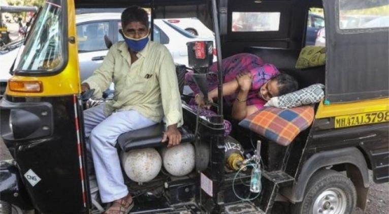 En Nueva Delhi la saturación hospitalaria y la falta de oxígeno complejizan el panorama. Foto: EPA