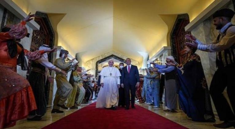 El papa Francisco es recibido por autoridades a su llegada a la ciudad de Nayaf para reunirse con el ayatolá Alí Sistani. Foto: @BaxtiyarGoran