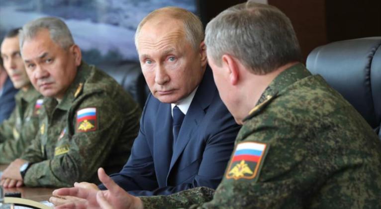 El presidente ruso, Vladimir Putin (centro), supervisa maniobras 'Cáucaso 2020', Ástrajan, 25 de septiembre de 2020. Foto: AFP