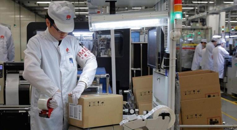 Personal de una línea de producción de teléfonos móviles en una fábrica de Huawei en Dongguan, China, 6 de marzo de 2019. Foto: AP