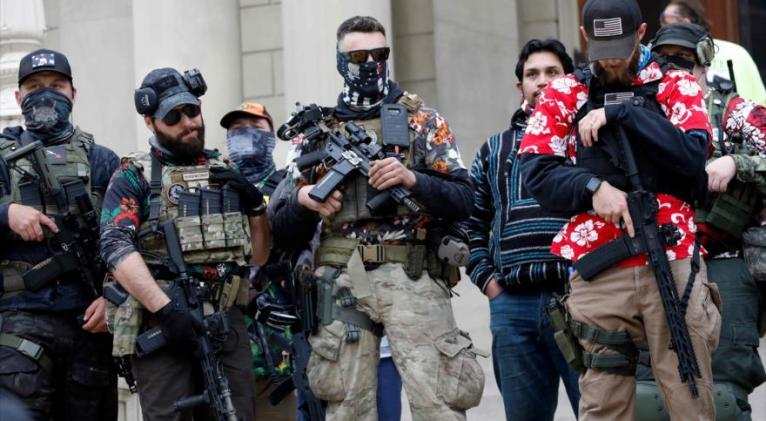 Miembros del movimiento de extrema derecha Boogaloo Bois realiza un mitin en Michigan (EE.UU.), 17 de octubre de 2020. Foto: AFP