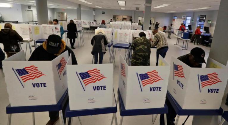 Ciudadanos estadounidenses ejerciendo su derecho al voto.