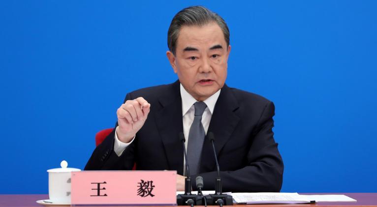 """El canciller chino, Wang Yi, acusó a algunas fuerzas políticas en EE.UU. de """"etiquetar el virus y politizar sus orígenes, estigmatizando a China"""". Foto: Reuters."""